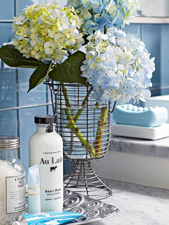 Small bathroom ideas - bathroom tray and blue flowers